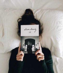 pose para foto con un libro
