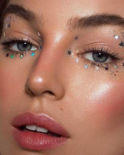 maquillaje con estrellas en los ojos