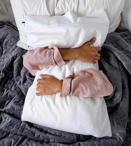 poses para fotos en casa en la cama sin mostrar la cara