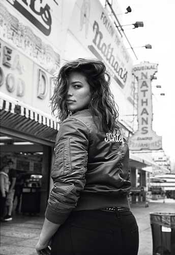 pose fotografica en la calle mujer gordita