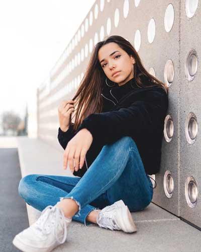 idea de pose fotografica para imitar estando sentada sola