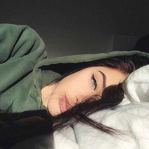 pose de cara en la cama